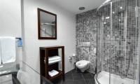 Badkamer standaardkamer van het World hotel