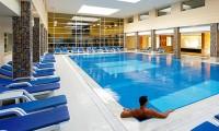 Verwarmd binnenzwembad van het hotel